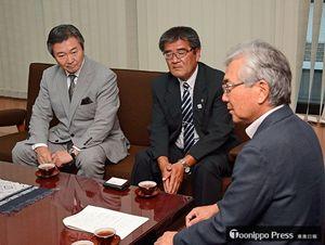 葛西市長(手前)を訪問した石井委員長(中)と八木沢副委員長