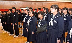閉校式で校歌を斉唱する千歳中の生徒たち