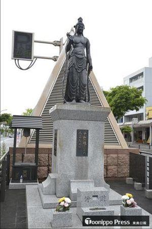 今年で建立70年の青森平和記念像=青森市柳町通り