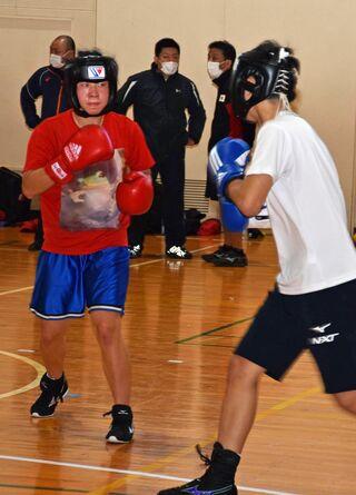 全日本ボクシング女子選手団 県内高校生と練習
