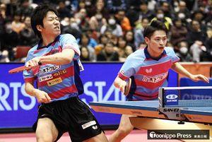 男子ダブルスで優勝した水谷(左)、大島組=東京体育館