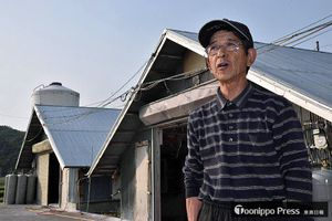 鶏舎の前に立つ沼畑さん。「生産効率を突き詰めてきた50年だった」と語る=2日、南部町相内
