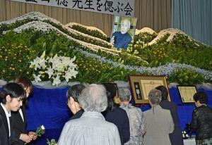 盛田さんを偲ぶ会で献花する出席者=23日、七戸町の柏葉館