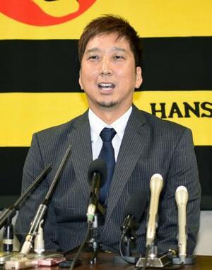 契約更改し、記者会見する阪神の藤川=10日、兵庫県西宮市の球団事務所