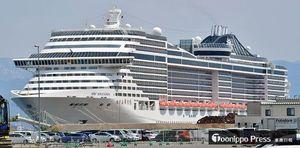 青森港沖館埠頭に停泊する全長333メートルの大型客船「MSCスプレンディダ」=30日午前