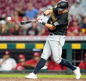 レッズ戦の8回、代打で適時二塁打を放つパイレーツ・筒香=シンシナティ(AP=共同)