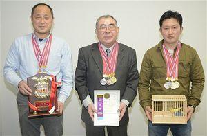 県対抗部門で2連覇を果たした(左から)楢舘さん、齊藤さん、熊野さん