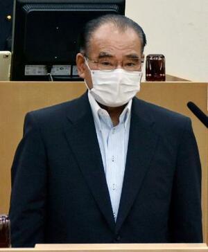 広島県三原市議会本会議で辞職の申し出について説明する天満祥典市長=30日午前