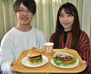 磯辺揚げを使ったサンドイッチの試作品を手にするWACCAのメンバー