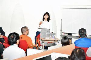 入力されたデータが著名大学や大手企業に活用されていると説明する相良社長(中央)