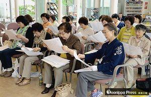 本紙コラム「天地人」をそれぞれ音読する参加者たち