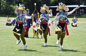 学校近くの十和田西高校の学校祭で鶏舞を披露する沢田小の児童