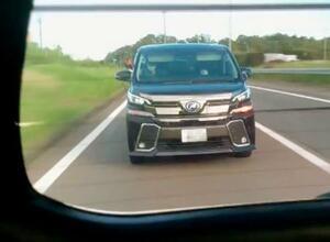 あおり運転をして、エアガンのようなものを発射したワゴン車=8日午前、愛知県内の東名高速道路(被害者男性提供、ナンバープレートを画像加工しています)