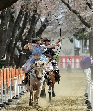 女流騎手りりしく/十和田で桜流鏑馬開幕