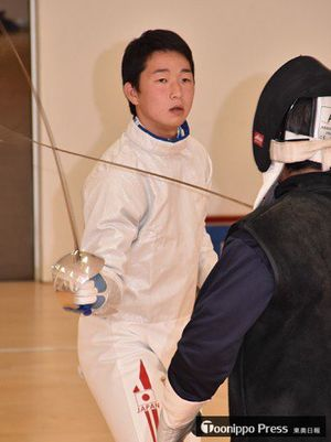 ジュニアワールドカップに向け、父と練習に励む成田選手=6日、青森市の認定こども園あらかわ