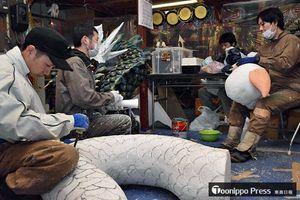 ユートリーで展示する「ハーフカット山車」を作る各山車組の若手制作者たち