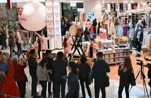 大規模再開発「ハドソンヤード」の大型商業施設に出店したユニクロの店舗=15日、米ニューヨーク(共同)