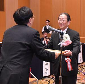 三村知事(左)から表彰状を受け取る功労者表彰の受賞者