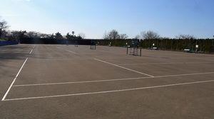 2022年度末までに人工クレーコートに全面改修する新井田公園テニスコート