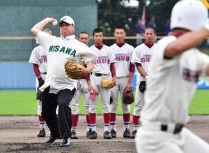 100回記念の始球式でマウンドから投球する太田幸司さん