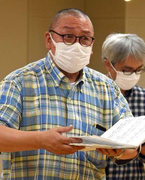 父・長谷川太さんの詩に曲を付けた交声曲に挑む淳さん(手前)=8日、青森市内