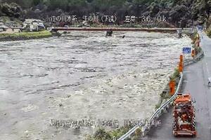 大雨で増水した島根県川本町の江の川のライブカメラ映像=14日午前10時34分(国交省提供)