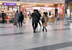 青森-ソウル線の運休により土産店などへの客足減が懸念される青森空港=20日