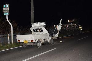 軽トラックの夫婦が死亡した事故現場=8日午後7時すぎ、三沢市三沢淋代平