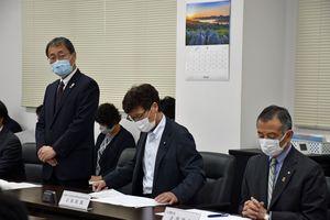 大間原発の安全工事の着手時期延期を金澤町長(右)や大間町議会に説明する倉田本部長(左)=10日午前