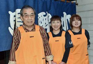 そろいのエプロンを身にまとった(左から)前経営者の大沢さん、新経営者の舘さん、手伝いに当たる舘さんの長女真白さん=14日、三戸町二日町