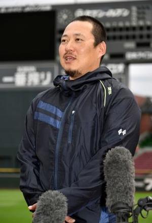 FA権を行使せず残留することを表明する広島の松山竜平外野手=9日、マツダスタジアム