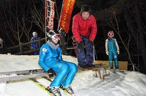 児童一人一人のジャンプを見てアドバイスする古川さん(右から2人目)