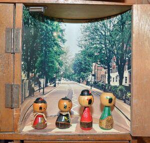 ビートルズのアルバム「アビイ・ロード」のジャケット画をモチーフにした展示