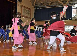 青北の生徒たちの前で荒馬踊りを披露する今別校舎の生徒たち