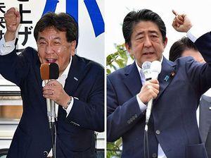 【写真右】滝沢候補の応援演説をする安倍首相=19日午前、弘前市【写真左】小田切候補への支持を訴える枝野代表=19日夜、青森市