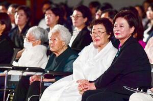 14日、ソウルで開かれた従軍慰安婦問題の記念式典に参加した陳善美・女性家族相(右端)と元慰安婦ら(共同)