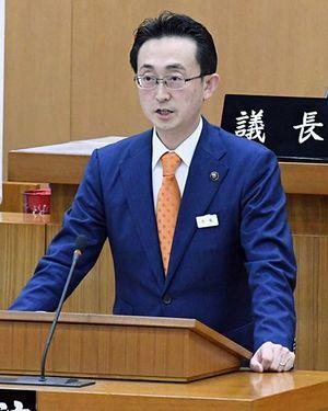 再選を目指して次期市長選への出馬を表明する小野寺市長=28日午前10時12分ごろ、青森市議会議場