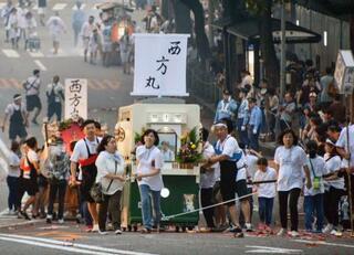 長崎で亡き人送る「精霊流し」