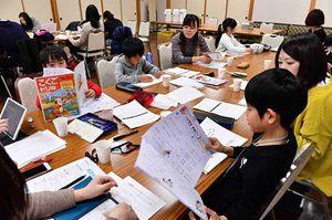 お寺の大広間で宿題に取り組む子どもたち=青森市本町の蓮心寺