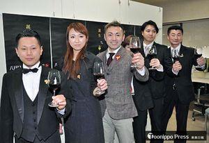 ワインフェスをPRする澤内委員長(左から3人目)ら