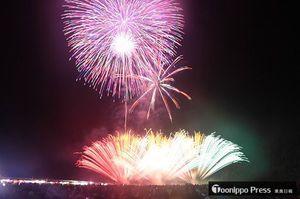夜空を彩るさまざまな色の花火=午後8時55分ごろ、弘前市の岩木川河川敷運動公園