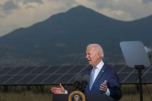 14日、米コロラド州で演説するバイデン大統領(ロイター=共同)