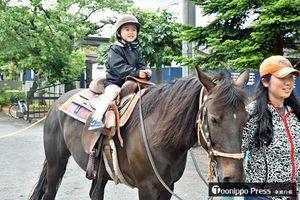 乗馬を楽しむ園児