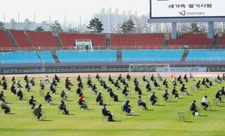 サッカー場で採用試験、韓国