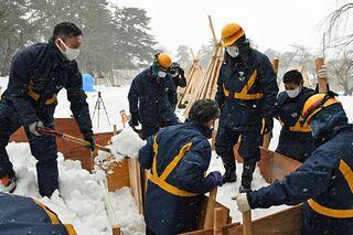 弘前公園で市民の雪燈籠作り始まる