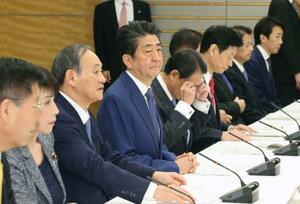 月例経済報告関係閣僚会議に臨む安倍首相=26日午後、首相官邸