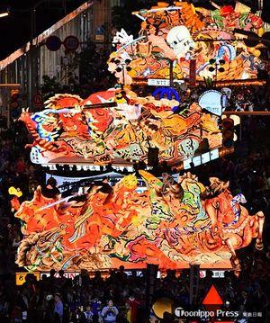 大型ねぶたや子供ねぶたなど25台が出陣し、にぎやかに開幕した青森ねぶた祭=2日午後7時20分ごろ、青森市新町