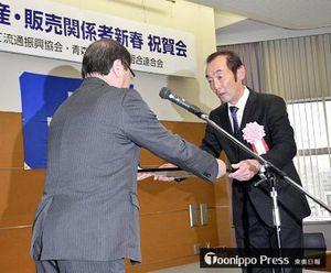 立石会長(左)から表彰状を受け取る今組合長