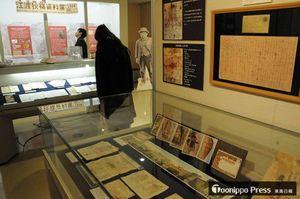 江渡狄嶺が米国から次男にあてた書簡(右上)などを展示している資料展=東京・杉並区立郷土博物館分館