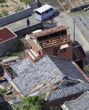 台風14号の影響とみられる突風で屋根の瓦などが飛ばされた建物=18日午後1時4分、和歌山県美浜町(共同通信社ヘリから)
